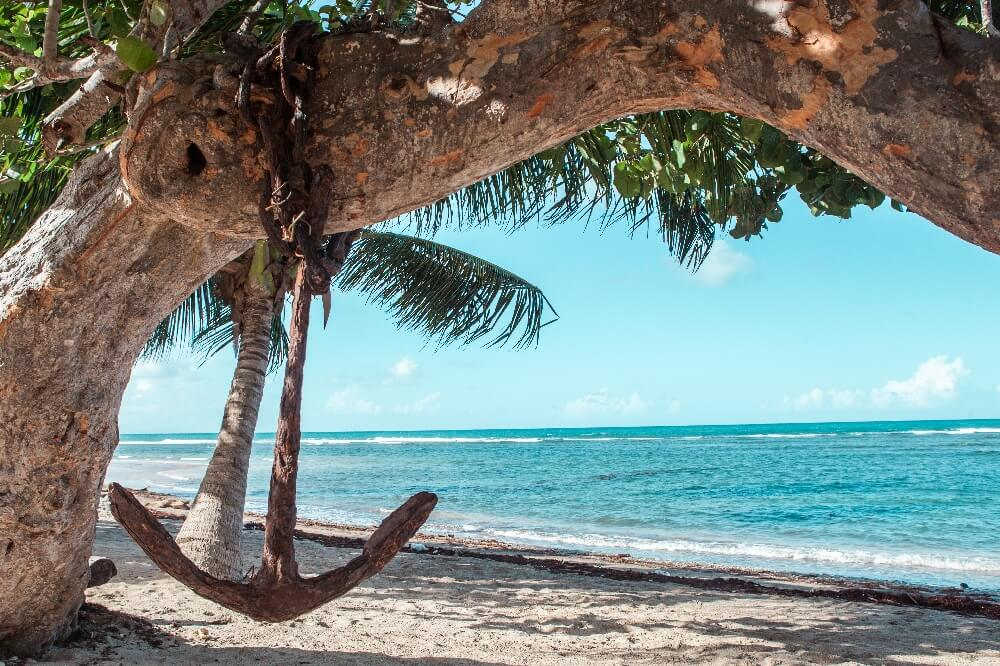 Strand von Baracoa in Kuba mit Anker