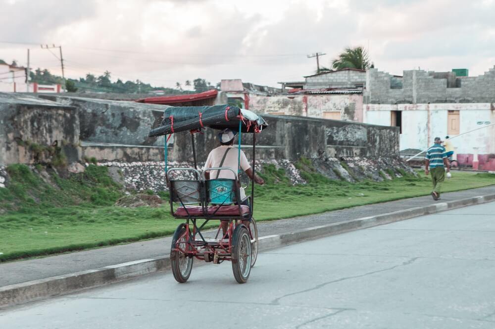 Fahrradfahrer in Baracoa in Kuba