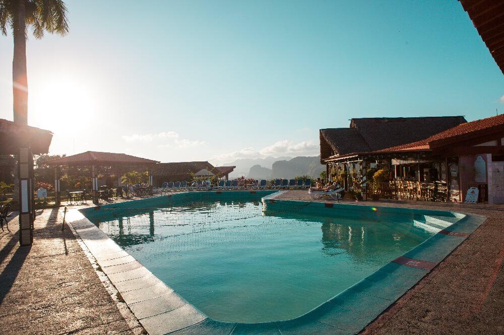 Pool im Hotel Emelita