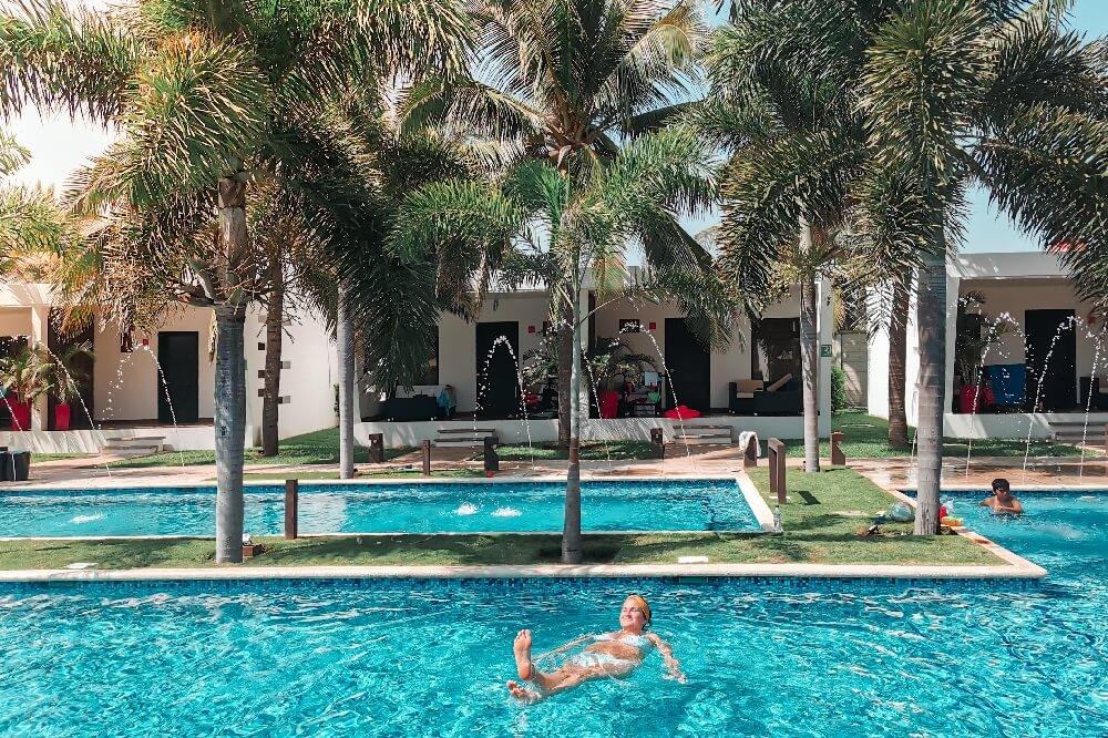 Hotel El Faro Svenja im Pool