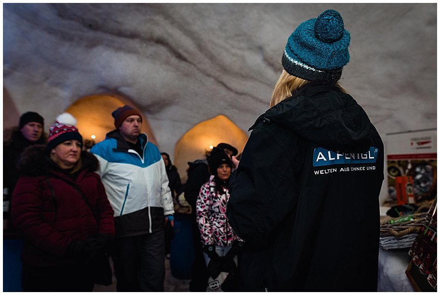 The guests are welcomed to the Alpeniglu by the manager