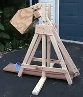 Trebuchet using a free counterweight