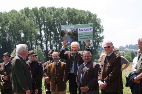 Dr. Wolfgang Schiefer, Vorsitzender der Wildland-Stiftung Bayern, freut sich über den Förderscheck