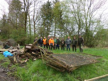 Jäger und Jagdkursler der Kreisgruppe Mühldorf im Arbeitseinsatz an den Kalktuffquellen in Frauendorf