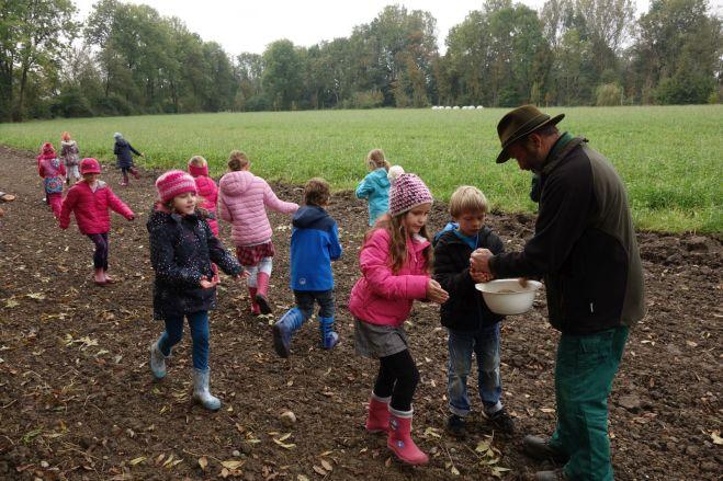 Von Georg Hans erhalten die Kinder das Saatgut...