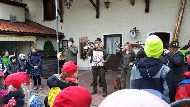 Verabschiedung der Kinder durch die Mühldorfer Jagdhornbläser.