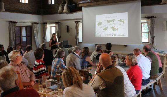 Projektbetreuerin Anja Aigner stellt das Projekt und die durchgeführten Landschaftspflegemaßnahmen vor
