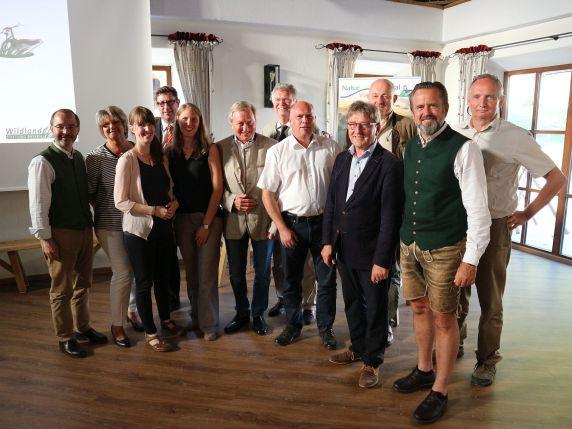 Landrat Martin Bayerstorfer, die Projektmangerinnen, Bürgermeister der Trägerkommunen sowie weitere Ehrengäste des Abends