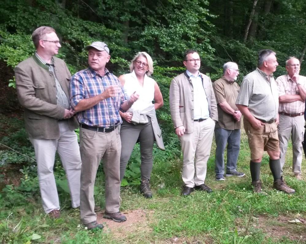 Peter Fröhlich (2.v.l.) erläuterte als Naturschutzbeauftragter der Kreisgruppe die Baumaßnahmen©Wildland-Stiftung Bayern