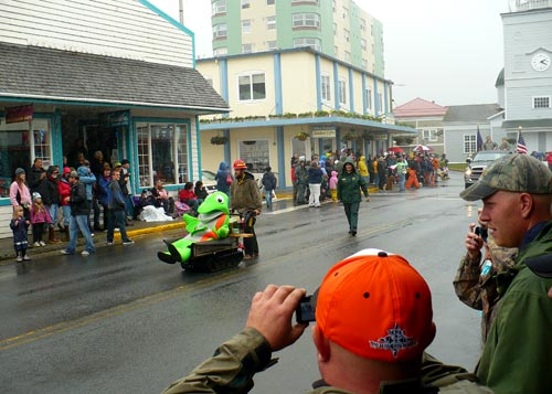 Crowds line up in the rain for the Fourth of July Parade