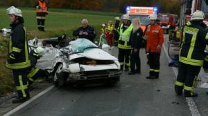 Porsche frontal gegen Bus - Beifahrer stirbt