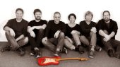 Die rote Stratocaster ist selbstverständlich auch dabei: Die Mark Knopfler Tribute Band