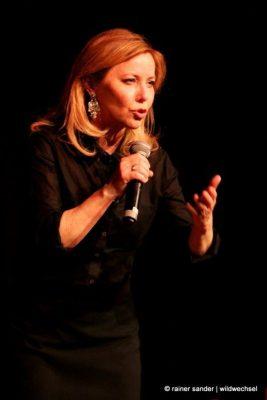 Simone Solga kann auch singen (Foto: Rainer Sander)