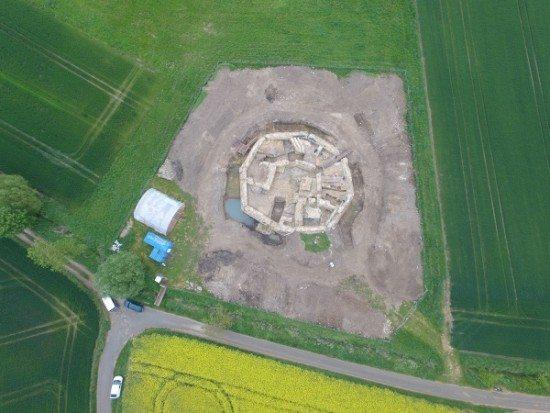 Die Holsterburg aus der Luft zum Beginn der neuen Grabungssaison. Foto: LWL/R. Klostermann