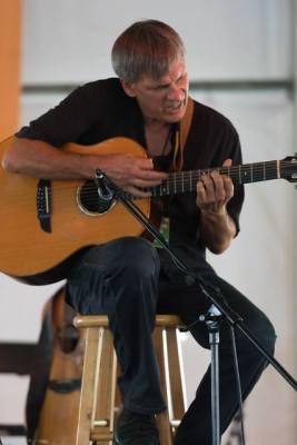 Lässt seine Saitenmagie beim Abschlusskonzert spielen: Neil Jacobs