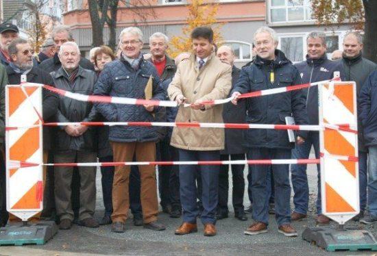 Bürgermeister Michael Stickeln bei der Einweihung des Gebrüder-Warburg-Platzes (Foto: Hansestadt Warburg)