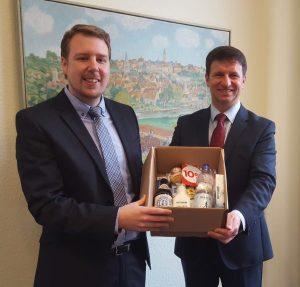 (V.l.): Wirtschaftsförderer Sören Spönlein und Bürgermeister Michael Stickeln zeigen einen Einblick in das Neubürgerpaket!