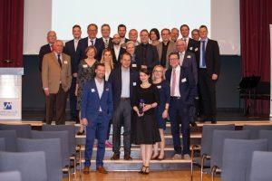 Preisträgerin Susanne Völker, Geschäftsführerin der GRIMMWELT, mit dem Vorstand des Marketing Clubs Nordhessen, der Jury und allen Bewerbern