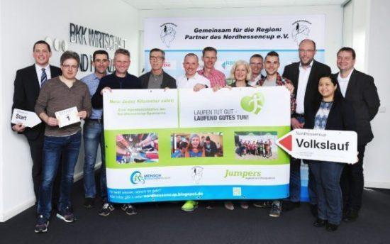 Stimmten sich auf die 32. Saison des Nordhessencups ein (v.l.n.r:) Thorben Weichgrebe (BKK WF), Jürgen Thomas (Laufladen Kassel), Armin Hast, Sven Schauenburg (RBS), Walter Gilfert (Hütt), Tobias Henne (HOW2RUN), Olaf Misch (Sportman's Friend), Margita Fischer (EAM), Norbert Paar (Nordhessencup e.V.), Fabian Häde (Sonnenei), Lars Bergmann (Immovation), Chi-Ying Chui, Thorsten Riewesell (beide Jumpers e.V.)
