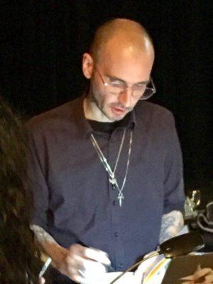 Dr. Mark Benecke bei der Signierung eines seiner Bücher.