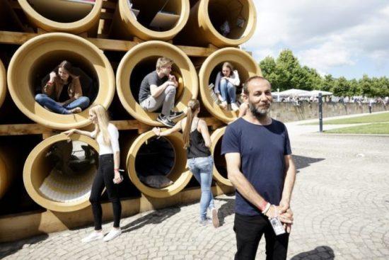 """Hiwa K im Vordergrund: Produktdesignstudenten der Kunsthochschule Kassel (im Hintergrund) bauten die Röhren zu """"Wohnungen"""" aus."""