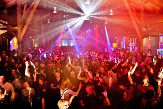 Rückblick und Fotos der 90er Party in Warburg