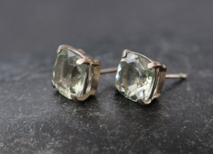 green-amethyst-8mm-cushion-in-18K-white-gold