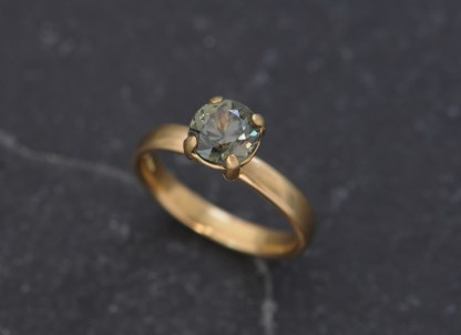 green sapphire7mm claw in 18K yellow gold
