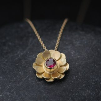 Ruby daisy necklace in 18K yellow gold.
