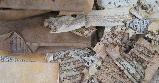 Pedaços de manuscritos encontrados na Genizah de uma Sinagoga no Cairo.
