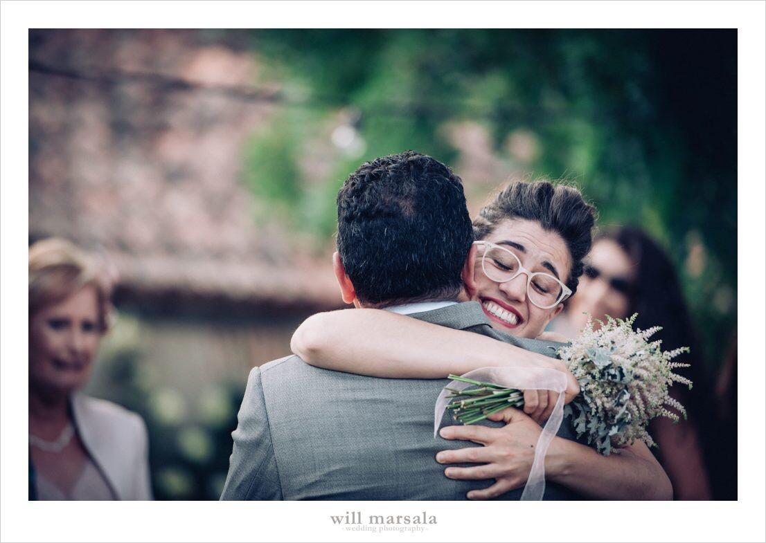 abrazo entre padre e hija cuando la entrega al novio