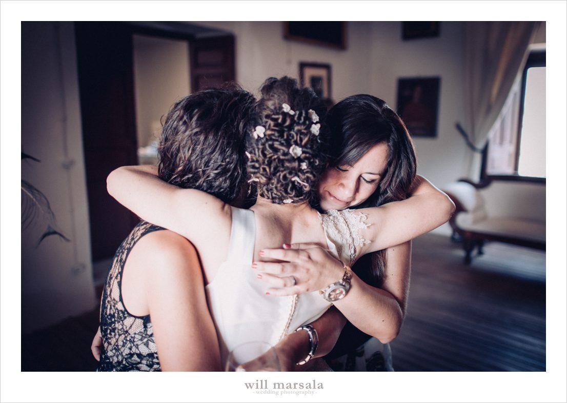 amigas de Paula dandole un abrazo a la novia