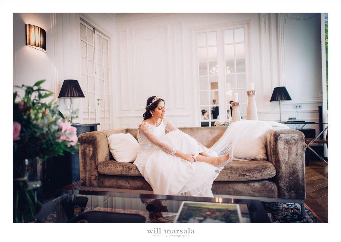 novia vistiendose en una habitación del hotel santo mauro de madrid