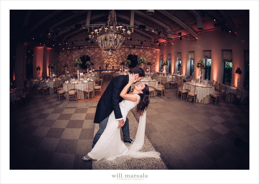 novios besándose en pose romántica en el salón de su boda