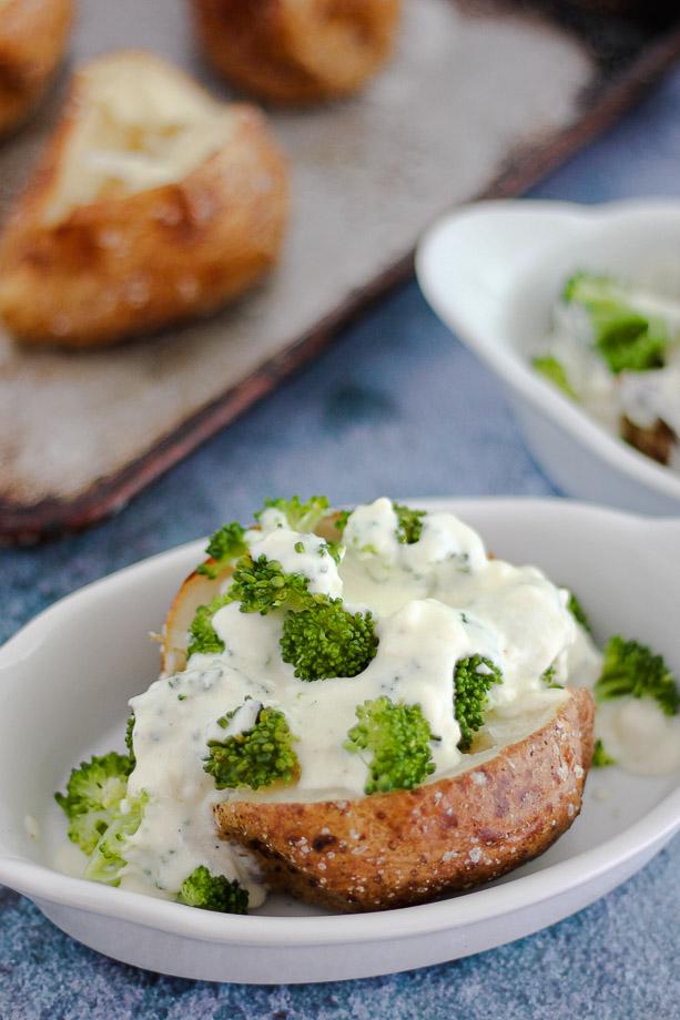 "Kentang berbumbu renyah diisi dengan brokoli renyah lembut dan ditaburi saus keju buatan sendiri, ""data-pin-description ="" Kentang berbumbu renyah diisi dengan brokoli renyah lembut dan ditaburi saus keju buatan sendiri, Kentang Panggang Keju Brokoli ini adalah makanan ringan atau makanan pendamping untuk setiap malam dalam seminggu! #bakedpotato #potatoes #broccoli #cheese #meatless #othingfood ""data-pin-title ="" Brokoli Cheese Baked Potatoes ""class ="" delicious-pins-hidden-image skip-lazy a3-notlazy no-lazyload ""data-no-lazy = ""1"" src = ""https://i1.wp.com/www.willowcrestlane.com/wp-content/uploads/2020/09/Broccoli-Cheese-Baked-Potatoes.jpg?resize=150percent2C150&ssl=1 ""data-pin-media ="" https://i1.wp.com/www.willowcrestlane.com/wp-content/uploads/2020/09/Broccoli-Cheese-Baked-Potatoes.jpg?match=700percent2C1550&ssl= 1 ""/> </div/> <p> Kentang berbumbu renyah yang diisi dengan brokoli renyah lembut dan disiram dengan saus keju buatan sendiri, Kentang Panggang Keju Brokoli ini adalah makanan atau pendamping yang mudah untuk setiap malam dalam seminggu! </p> <p><img data-attachment-id="