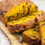Roti Keripik Cokelat Labu diiris di atas talenan