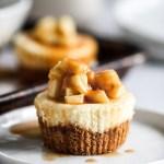 Kue Keju Apel Karamel Mini di atas piring dengan sendok