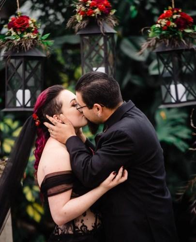 015 - wedding photos first kiss