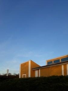 Willumsens Museum med blå himmel