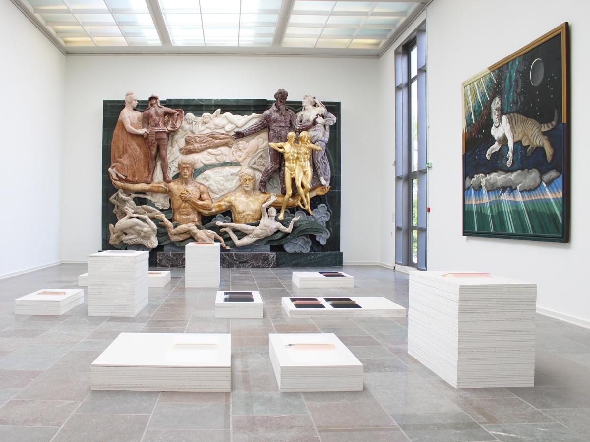"""Relefsalen på Willumsens Museum med værker af Margrethe Odgaard og J.F. Willumsens """"Himmelgåden"""""""