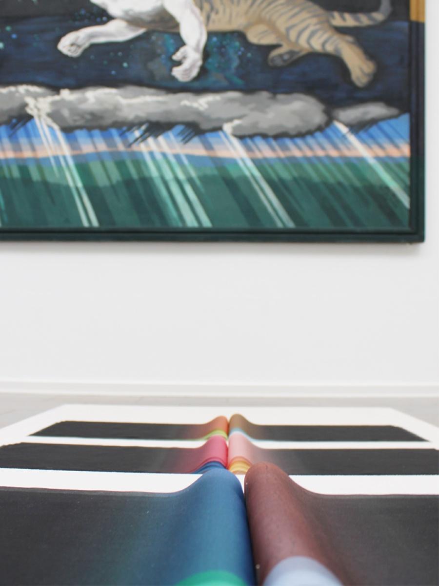 """Nærbillede af nogle af Margrethe Odgaards indfarvede Silkeorganzaer, med udsnit af Willumsens """"Himmelgåden"""" i baggrunden"""