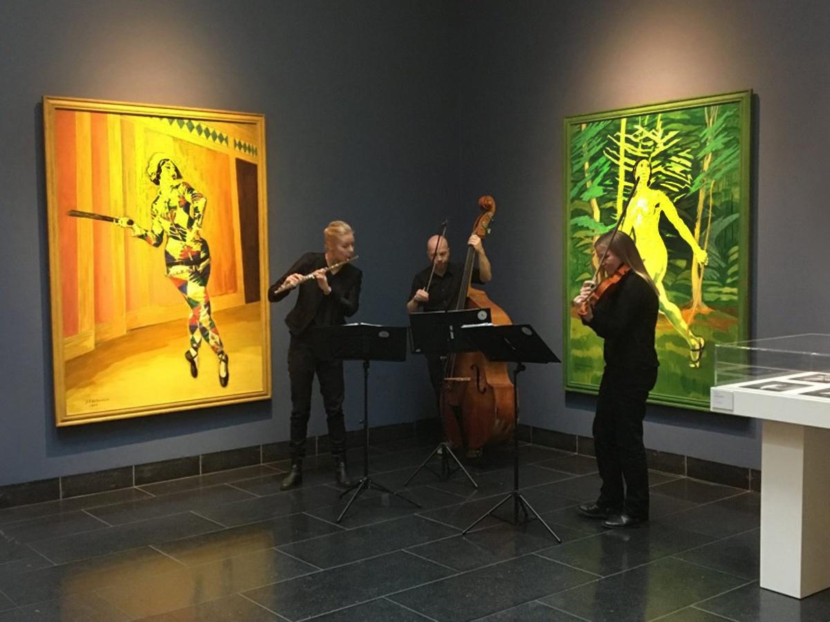 Musikpatruljen foran to af Willumsens Værker