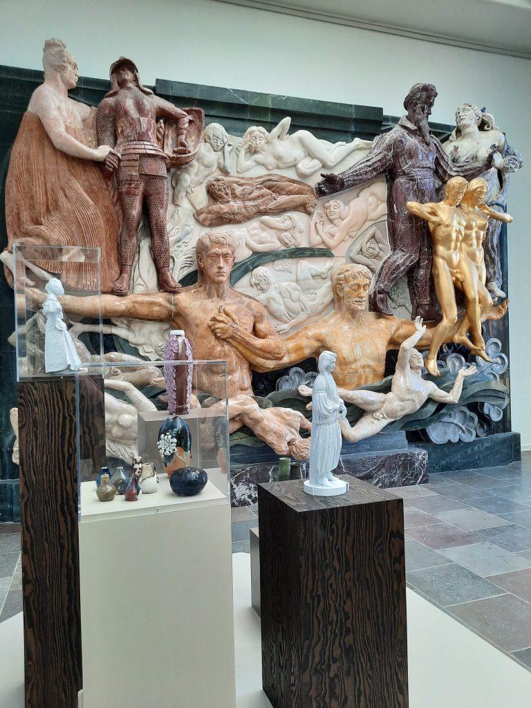 Installationsbillede fra Reliefsalen med keramik og Det Store Relief