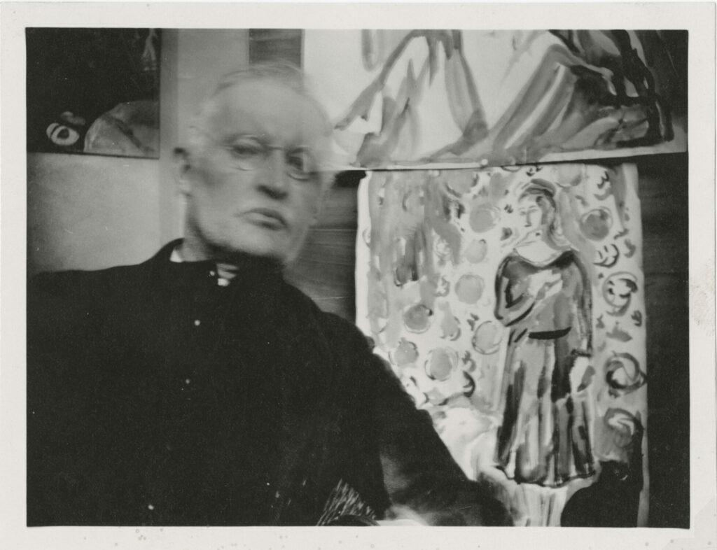 Edvard Munch. Selvportrett foran egne malerier, Ekely. 1930. Foto: Munchmuseet