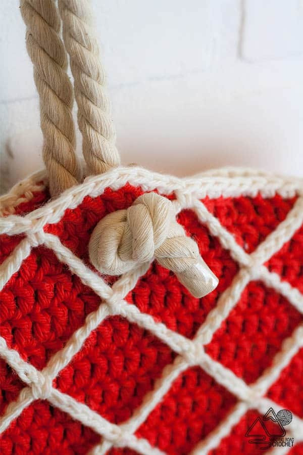 Nautical crochet beach bag. Free pattern by Winding Road Crochet. #crochetbeachbag #nauticalbag #crochettote # crochetpattern