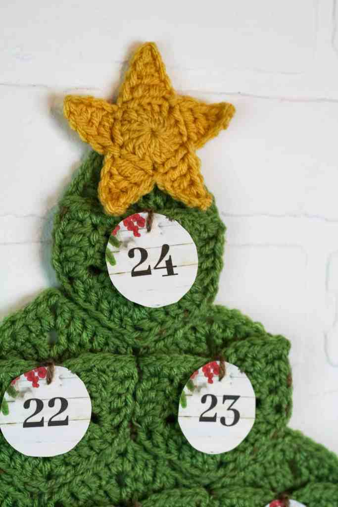 You will have fun this holiday with the crochet advent calendar free pattern by Winding Road Crochet.  #crochetholiday #crochettree #christmascrochet #adventcalendar