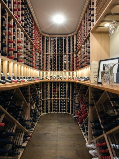 Adega tradicional da Atkinson Pontifex. Pequeno quarto com espaços construídos em madeira para guardar as garrafas