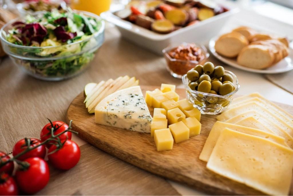 Imagem de queijos e frios ilustra post sobre vinho e cerveja na Winepedia, o blog da Wine