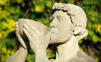 statua che beve vino