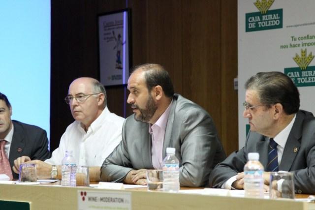 El consejero de Agricultura de Castilla la Mancha en el centro